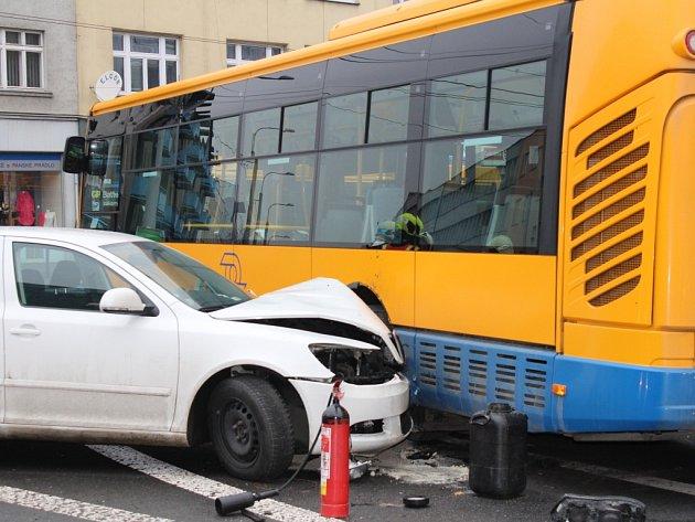 V pondělí 11. ledna 2016 před polednem komplikovala průjezd křižovatkou ulic Dlouhá a Kvítková ve Zlíně nehoda osobního auta s autobusem MHD na lince číslo 38.