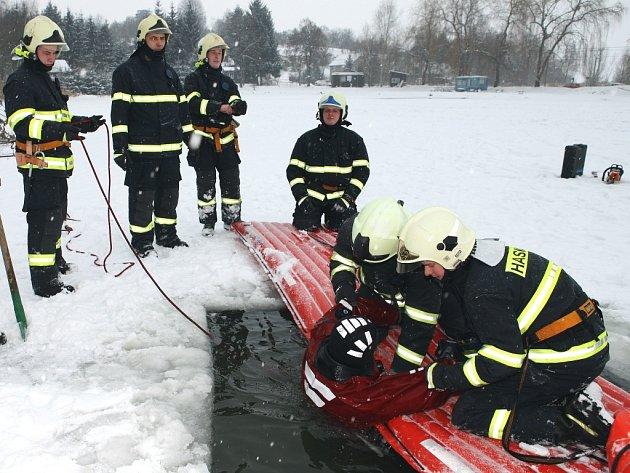 Cvičení zlínských hasičů na fryštácké přehradě pokračovalo i ve středu 14. ledna.