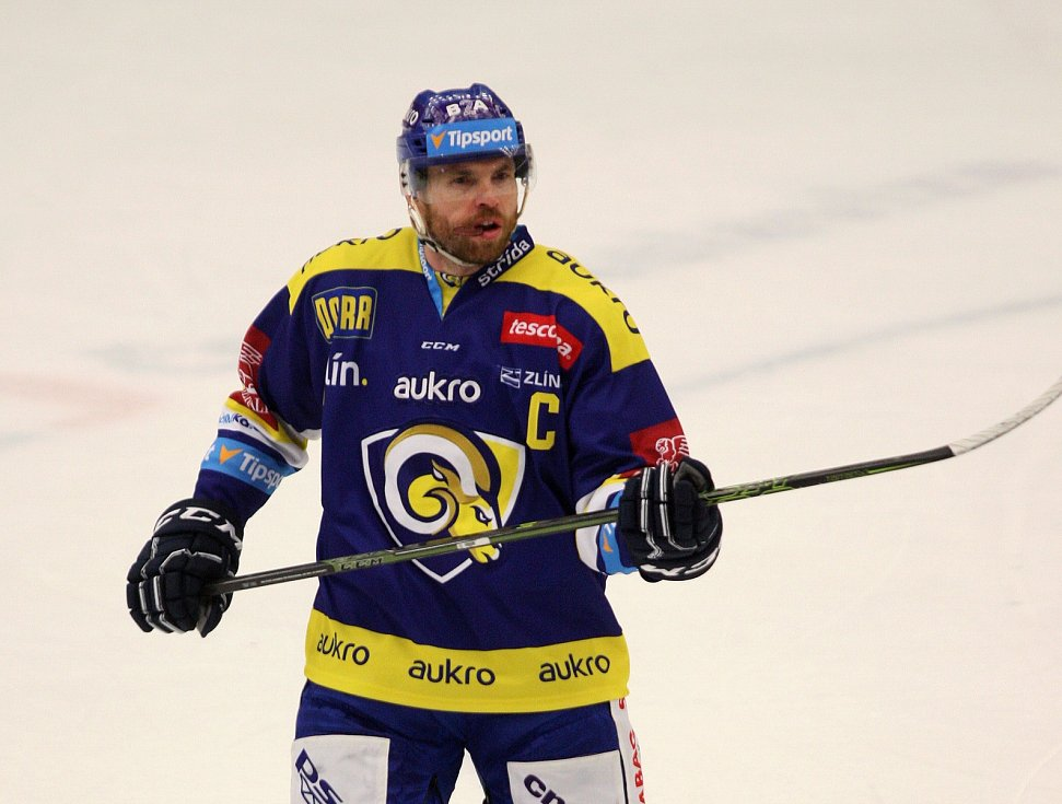 Zlínští hokejisté (v modrém) v 16. kole extraligy doma hostili Liberec. Na snímku Tomáš Žižka, kapitán beranů.