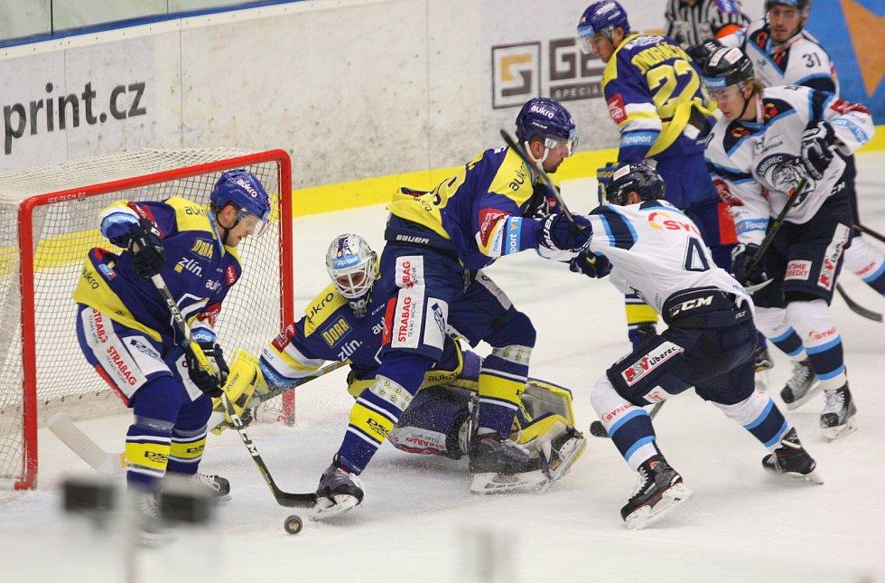Zlínští hokejisté (v modrém) v 16. kole extraligy doma hostili Liberec. Na snímku brankář Kašík