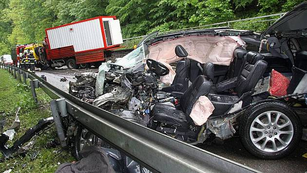 Tragická dopravní nehoda mezi osobním autem zn. Honda CRV a nákladním autem zn. Tatra.