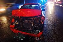 Nehoda dvou osobních vozidel a trolejbusu v Otrokovicích
