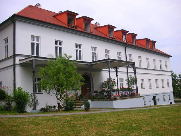 Obec Pohořelice se nachází nad Napajedly v těsném sousedství Otrokovic-Kvítkovic a obce Oldřichovice.