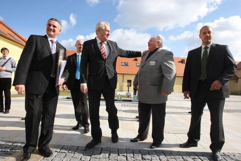 Krajská konference SPOZ v Panském dvoře v Kunovicích. Návštěva Miloše Zemana