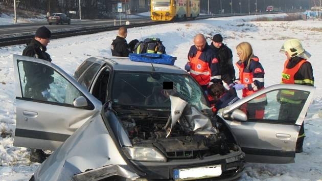 Zraněného řidiče museli hasiči z vozu vyprostit.