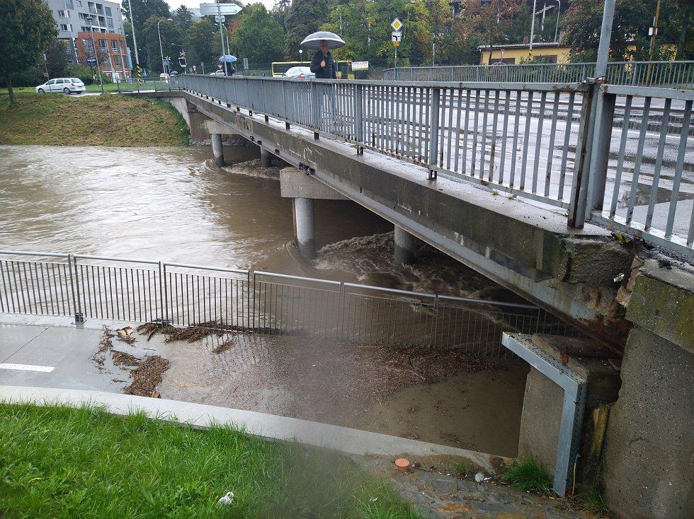 Vytrvalý déšť výrazně zvednul hladinu řeky Dřevnice. Voda zaplavila i nově vybudovanou cyklostezku.