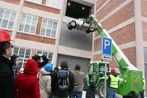 Stěhování auta Tatra 8 do expozice ve 14. budově továrního areálu ve Zlíně.