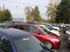 Obyvatelům otrokovické ulice Nerudova se nelíbí velké množství parkujících aut v blízkosti jejich domů. Auta tam parkují lidé zaměstnaní v blízkém průmyslovém areálu Toma, čímž jej tak chtějí mít odstavený co nejblíže.