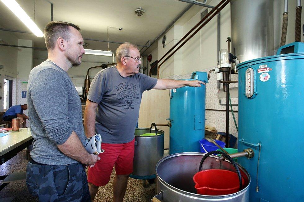 Pálení letních kvasů v pálenici v Březnici.Na sníku Otto Fišer. Vpravo