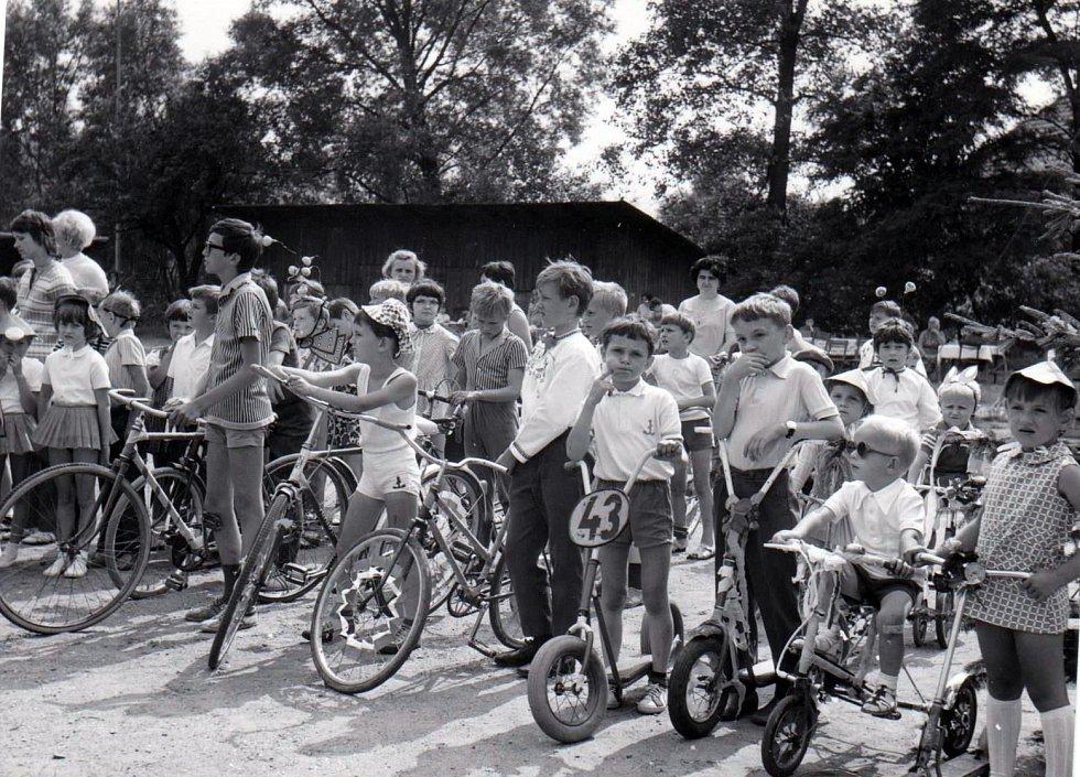 Základní škola Jasenná, cyklistické závody dětí 1968.