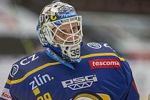 Extraligoví hokejisté Zlína (v modrém) v dohrávce 9. kola po týdnu opět vyzvali hráče Karlových Varů, kterým podlehli 1:2 v prodloužení.