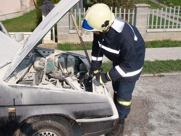 Požár motoru osobního auta v Rokytnici u Slavičína.