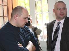 Martin Fišer (vlevo) už kvůli smrti matky stál před soudem mnohokrát. Vždy však slyšel osvobozující rozsudek.