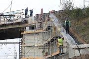 Oprava mostu přes železnici u obce Tlumačov.