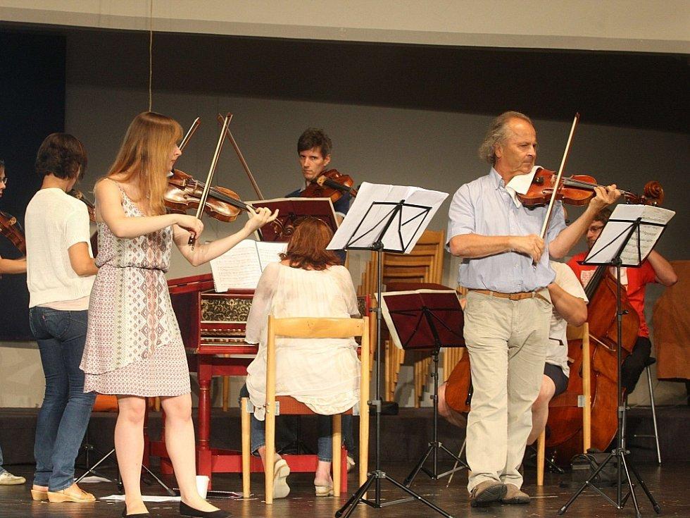 Zkouška na koncert houslisty Václava Hudečka v sále domu Elektra v Luhačovicích.