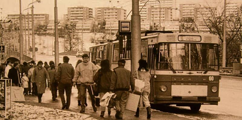 """ZASTÁVKA. Nadjezd na Jižní Svahy, trolejbusová zastávka """"U Zámku"""". Šestka na Svahy jezdila již v listopadu 1989."""