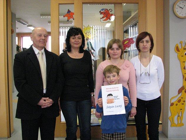 DIPLOM PRO NEJLEPŠÍ. Oceněný čtenář roku Štěpán Lacný se může pochlubit diplomem.