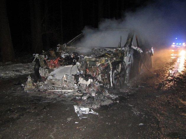 Plameny zničily celé auto. Škoda je zhruba milion