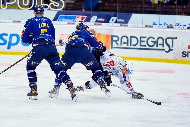 Hokejisté Zlína (vmodrých dresech) v7. kole TIpsport extraligy vyzvali Karlovy Vary.  Zdroj: https://zlinsky.denik.cz/hokej_region/honejsek-je-tezke-nam-fandit-meli-jsme-sanci-vyhrat-co-rekl-k-incidentu-20210924.html