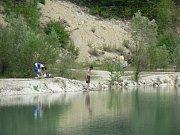 Kurovický lom, který se nachází nedaleko Tlumačova, byl původně založen k těžbě jílového vápence. Už před třinácti lety byl ale vyhlášen Okresním úřadem Kroměříž přírodní památkou. Platí zde tedy přísný zákaz koupání, avšak dodržování tohoto nařízení tamn