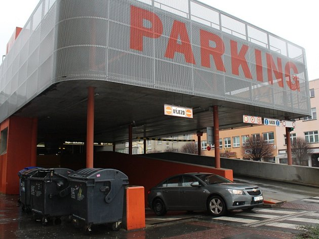 Vedení obchodního a zábavního centra Zlaté Jablko ve Zlíně plánuje do budoucna přistavět jedno další podlaží parkovacího domu. Důvodem je jeho vytíženost.