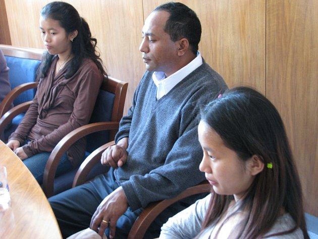 Na radnici. Zlín přivítal nové obyvatele, rodinu barmských uprchlíků.