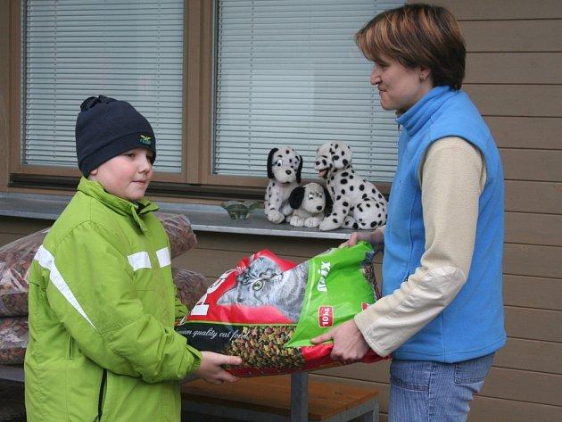Školáci nadělovali opuštěným zvířatům ve zlínském útulku