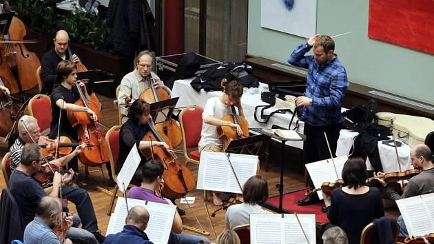 Filharmonie Bohuslava Martinů zkouší v atriu hotelu Baltaci ve Zlíně.