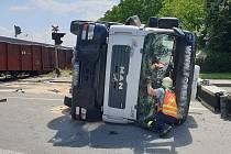 Srážka domíchávače betonu s nákladním vlakem si vyžádala zranění muže.