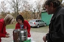 Zlínská Charita rozdávala polévku lidem bez přístřeší