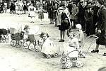 VALAŠSKÉ KLOBOUKY, SVÁTEK MATEK. Ve čtyřicátých letech se nezapomínalo na oslavu Svátku matek. Konávala se na hřišti za tehdejší obecnou a měšťanskou školou a připraven byl nejen program pro maminky, ale i zábava pro děti.