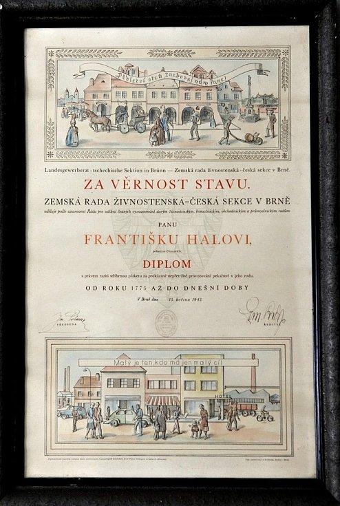 Diplom za věrnost stavu udělený Františku Halovi. Za prokázané nepřetržité provozování pekařství v rodu, od roku 1775 doposud (r. 1942).