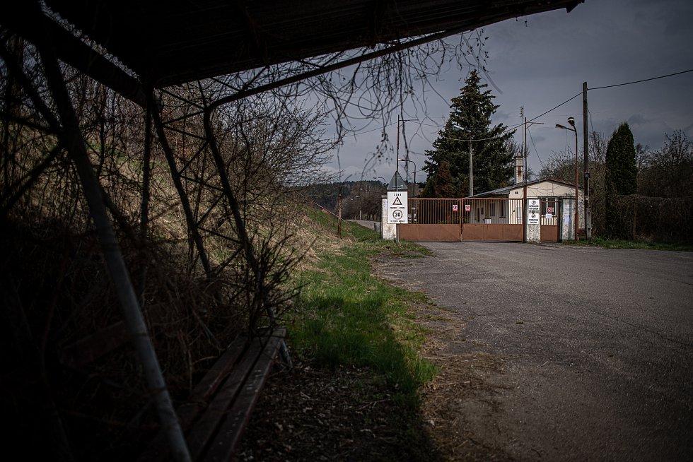 Brána areálu muničního skladu ve Vrběticích, 22. dubna 2021. Vrbětický muniční sklad v roce 2014 explodoval. Po sedmi letech vyšlo najevo podezření na zapojení ruské tajné služby do výbuchu.