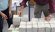 Přebírka volebních lístků. Ilustrační foto