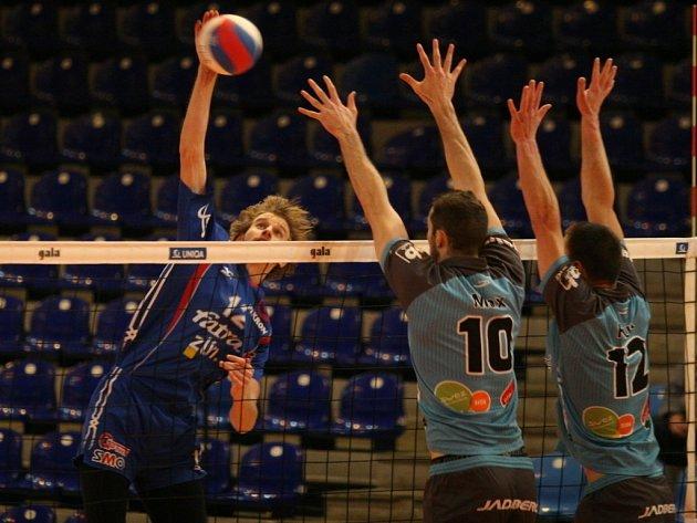 Zlínští extraligoví volejbalisté (v modrém) uspěli i ve druhém zápase o 3. místo, když podruhé porazili Příbram 3:0 a jsou krůček od zisku bronzových medailí.