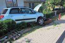 Auto narazilo do stromu a poškodilo plynové uzávěry