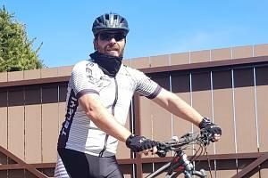 Hokejový profesionální rozhodčí René Hradil, který jako hlavní již odřídil 713 zápasů extraligy, se již pilně chystá na novou sezonu. V rámci přípravy běhá, jezdí na kole a  pracuje na zahrádce.