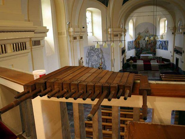 Hudební nástroj musí opravář Petr Kovář zbavit červotoče i nánosů prachu a špíny. Část nečistot se do varhan dostala i při nedávné rozsáhlé opravě kostela.