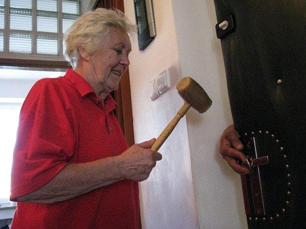 Řetězy na dveřích mohou pomoci ochránit seniory před vniknutím zlotřilců.