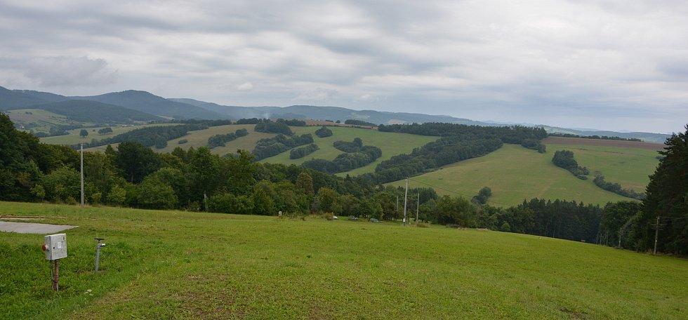Vesničce Újezd na Zlínsku chybí podle místních snad jen moře. Na snímku z 26. srpna 2021 údolí pod místním vlekem, které bude zatopené po dostavbě VD Vlachovice.