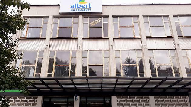 Prodejna Albert, kde zloděj pracovníkům vyhrožoval se zbraní v ruce.