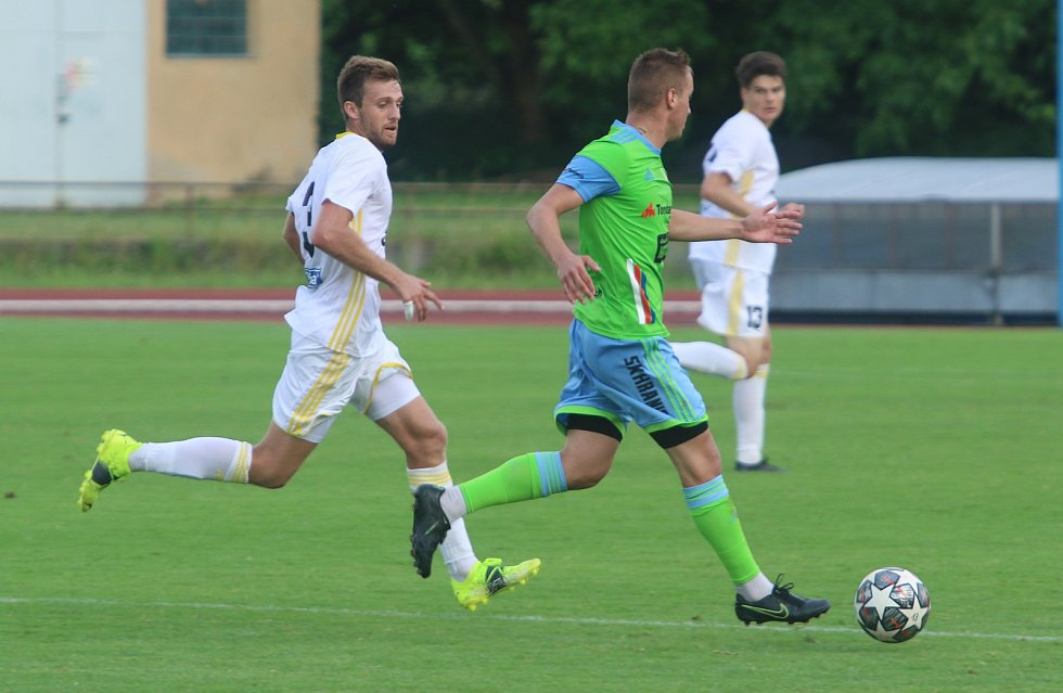 Fotbalisté Zlína B (bílé dresy) na úvod přípravy zvítězili a hřišti v Hranicích na Moravě 4:1.