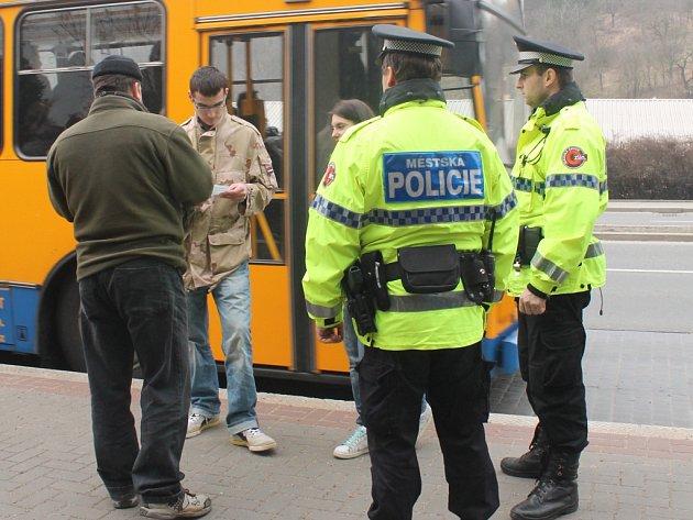 Revizoři se strážníky při rozsáhlé akci chytili čtrnáct černých pasažérů