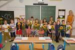Slunečnicemi zahajovaly školní rok děti ve Fryštáku. 1.A a paní učitelka Mgr. Věra Řiháková
