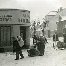 Odchod uherskobrodských Židů k určenému shromaždišti v budově reálného gymnázia, foto Vilibald Růžička 27. 1. 1943
