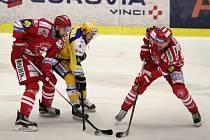 Extraligoví hokejisté Zlína (ve žlutém) v rámci 42, kola nejvyšší soutěže v neděli doma hostili třinecké Oceláře.