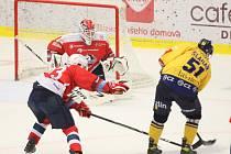 Extraligoví hokejisté PSG Berani Zlín (ve žlutém) v rámci úvodního zápasu čtvrtfinále Generali Česká Cup vyzvali na svém ledě Dynamo Pardubice.