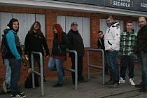 Aktuální foto ze čtvrtka 8 hodin ráno před pokladnou Zimního stadionu Luďka Čajky ve Zlíně.