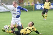 Derby v Tečovicích nakonec musely rozhodnout až pozápasové penalty, ve kterých domácí fotbalisté (tmavé trenýrky) porazili rivala z Malenovic.
