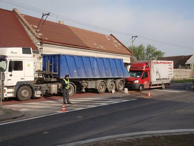 Střet dvou nákladních aut v Tlumačově.